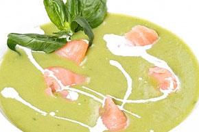 Hrášková polievka so smotanou a údeným lososom