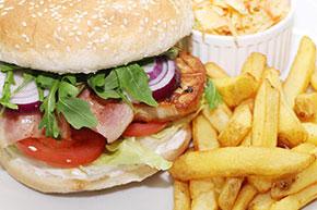 Kurací steak burger s hranolčekmi