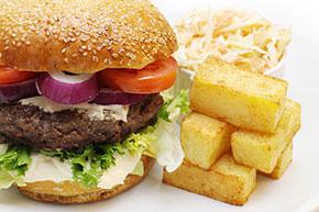 Hovädzí burger s domácimi hranolčekmi