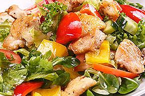 Šalát z čerstvej zeleniny a grilovaného kuracieho mäsa 2469 kJ